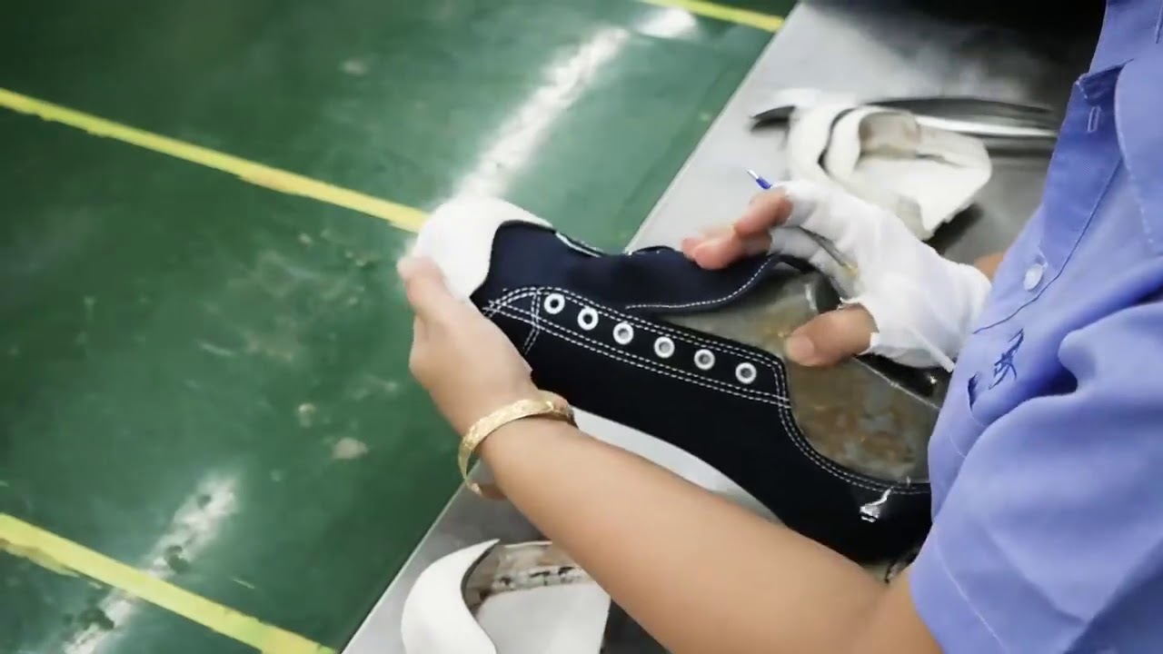 64ba2f0a8 من داخل مصنع فى الصين كيفية صناعة الأحذية الرياضية - YouTube