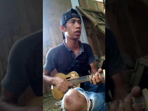 Mengeluarkan hobi lewat nyanyian dan gitar kecil
