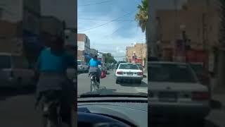 Conductor de auto arruina el viaje de dos ciclistas