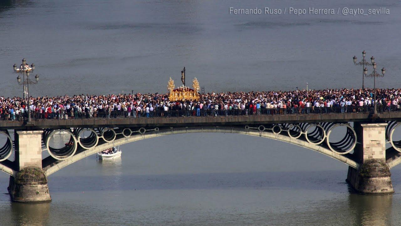 El Cristo del Cachorro en su paso por el Puente de Triana bilaketarekin bat datozen irudiak