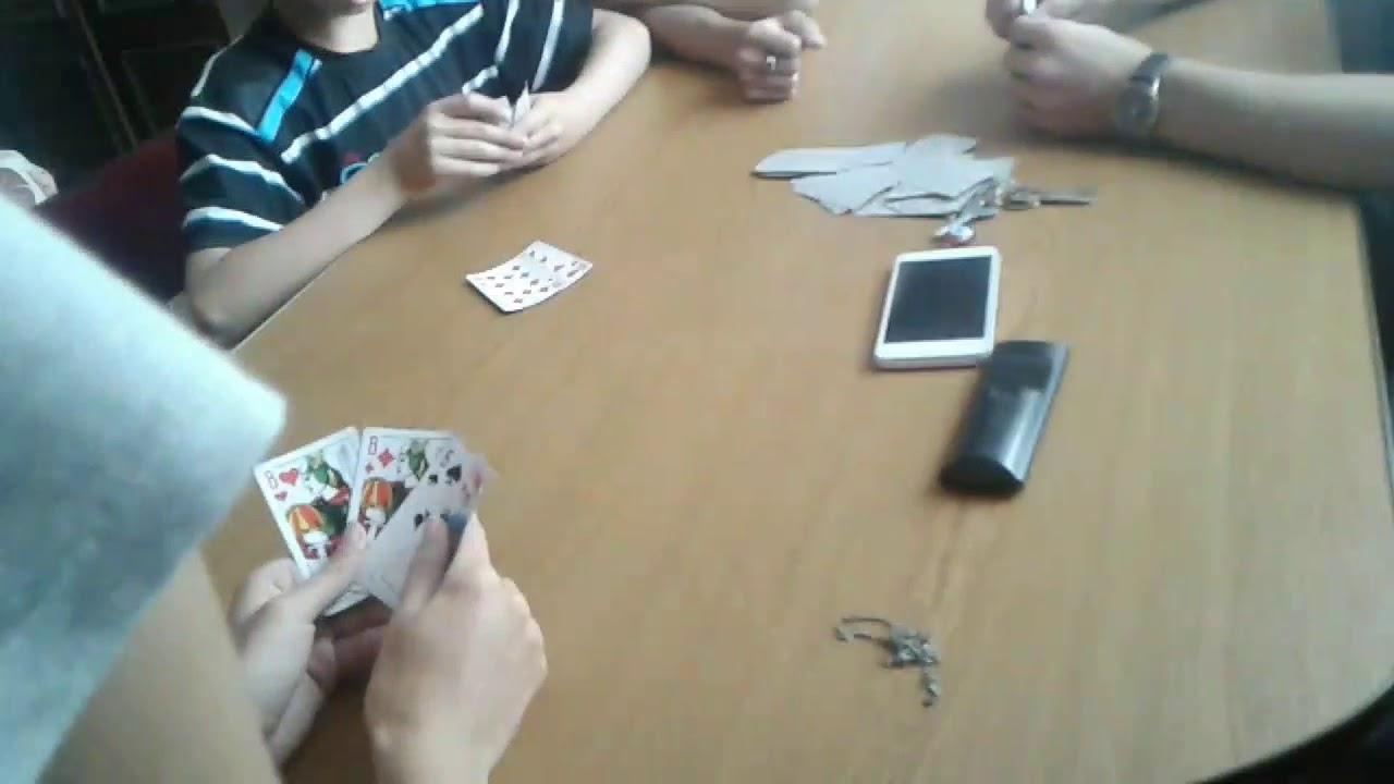 мужики играют на фото в карты