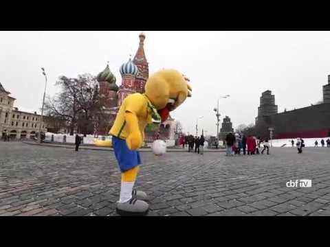 Canarinho visita a Praça Vermelha em Moscou