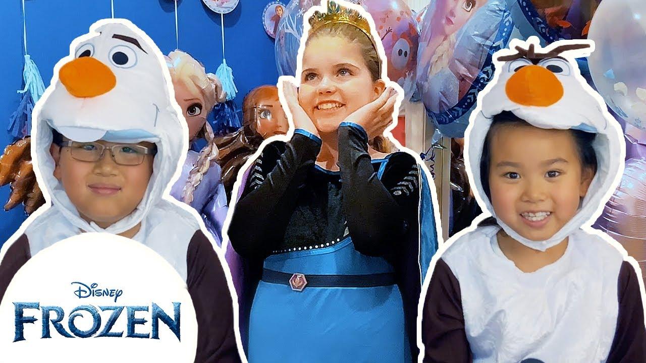 Frozen Fashion Show! | Halloween Costumes | Frozen Friends Club