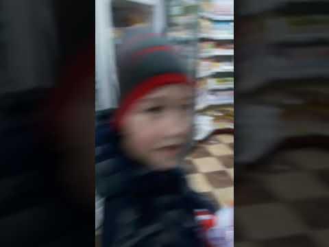 Мы с другом идём в магазин за продуктами.