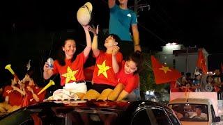 Hàng triệu những cô gái xinh đẹp việt nam đi bão/Vietnam champion AFF Suzuki Cup.