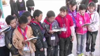 Children read Blue Planet in Binghua Hope Primary School, Huidong China