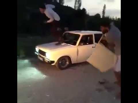 Adam arabanın kapısıyla kavgaya gidiyor la  :D