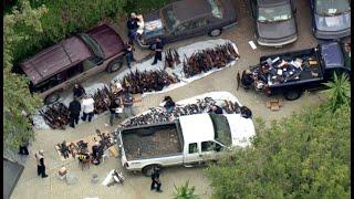 شاهد.. ضبط ترسانة أسلحة وذخيرة بحوزة شخص في قصر بمنطقة فارهة في لوس أنجلوس