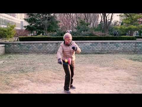 women play chinese yoyo at xibahe beijing