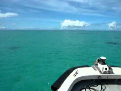 青い海を滑る船。浜島からパナリへ。