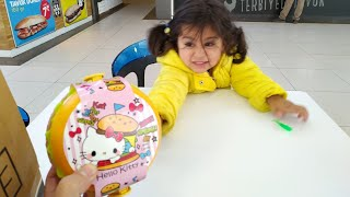 Ayşe Ebrar Hello Kittyli Oyuncak Hamburger Aldı. Hamburger Beslenme Çantası Oldu.