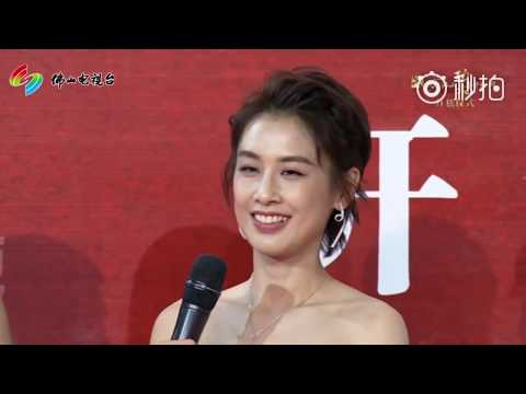 黄圣依 Huang sheng yi 露肩走红毯:我跟功夫电影挺有缘 HD 高清