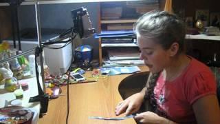 Ксюша пробует снимать свой первый видеоурок по плетению фенечек.