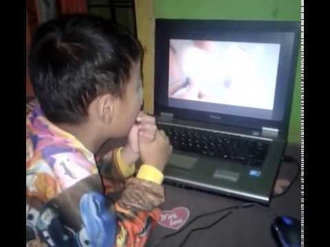 lucu ekspresi anak kecil di kagetin dengan video yakult keluar cacing ampe nangis