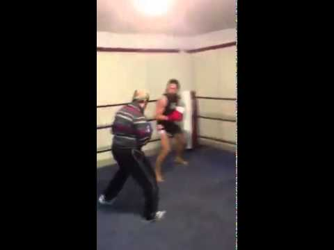 Alter Mann schlägt Boxer!!!!