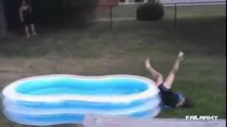 Compilatie cu cele mai haioase cazaturi in piscina