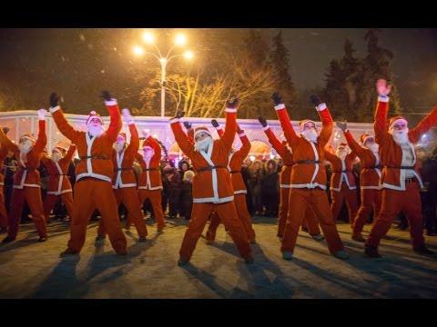 Сокольники в Новогоднюю ночь флешмоб Дедов Морозов