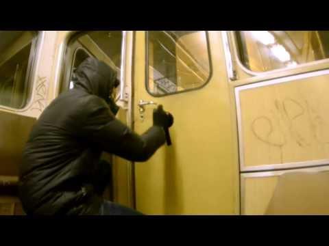 В метро разрисовывает вагоны ! Просто жестит чел) граффити