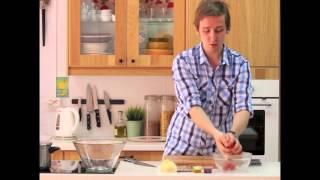 Сытный салат из тунца, картофеля, дыни и томатов