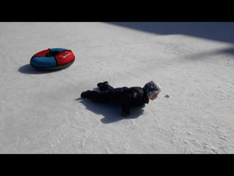 Рома ползет по льду. Он хочет быть здоровым!