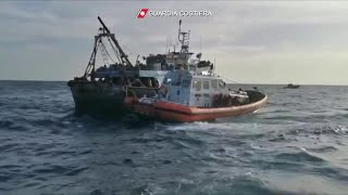 Calabria, il video del salvataggio di 339 migranti a bordo di un peschereccio