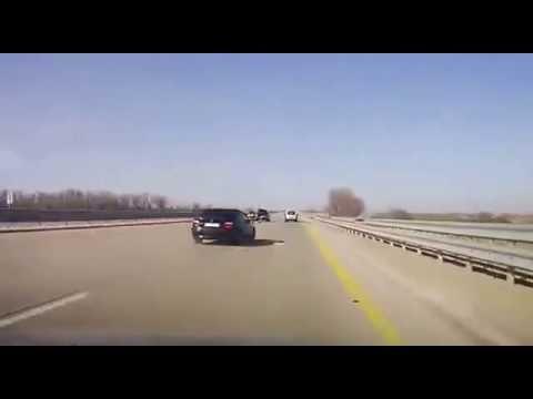 Un homme change un pneu au milieu de l'autoroute se fait défoncer sa voiture