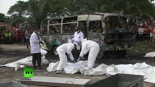 Repeat youtube video PRIMERAS IMÁGENES: Al menos 32 niños murieron a causa del incendio en un autobús escolar en Colombia