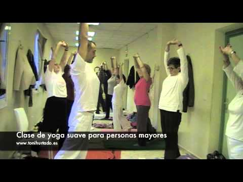 Clase de yoga para personas mayores youtube for Escaleras piscina para personas mayores