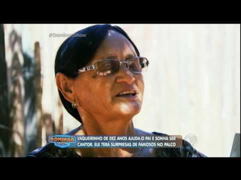 Vaqueirinho ajuda o pai na roça sonha em ser cantor para melhorar a vida da família