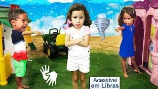 👋🏻 LIBRAS 👋 Valentina e seus amigos finge brincar Brincar de vizinhos com casas de brinquedos