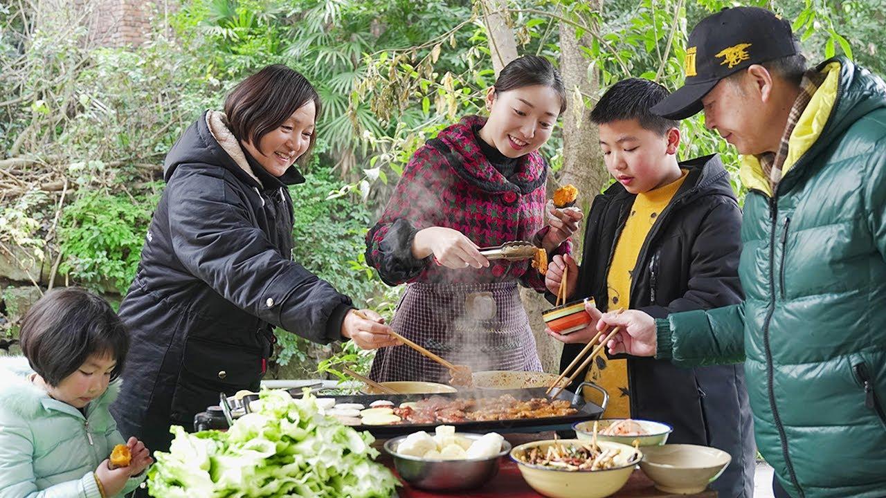 一家人團聚,小雨做烤肉燉筒子骨,葷素搭配,一家人吃得津津有味! 【市民朱小雨】