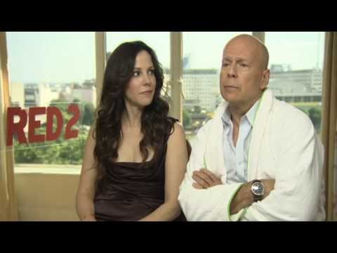 Red 2 : Bruce Willis and MaryLouise Parker talk women, kissing, and arguing