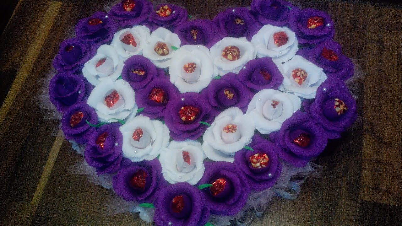 Сердце из цветов из конфет