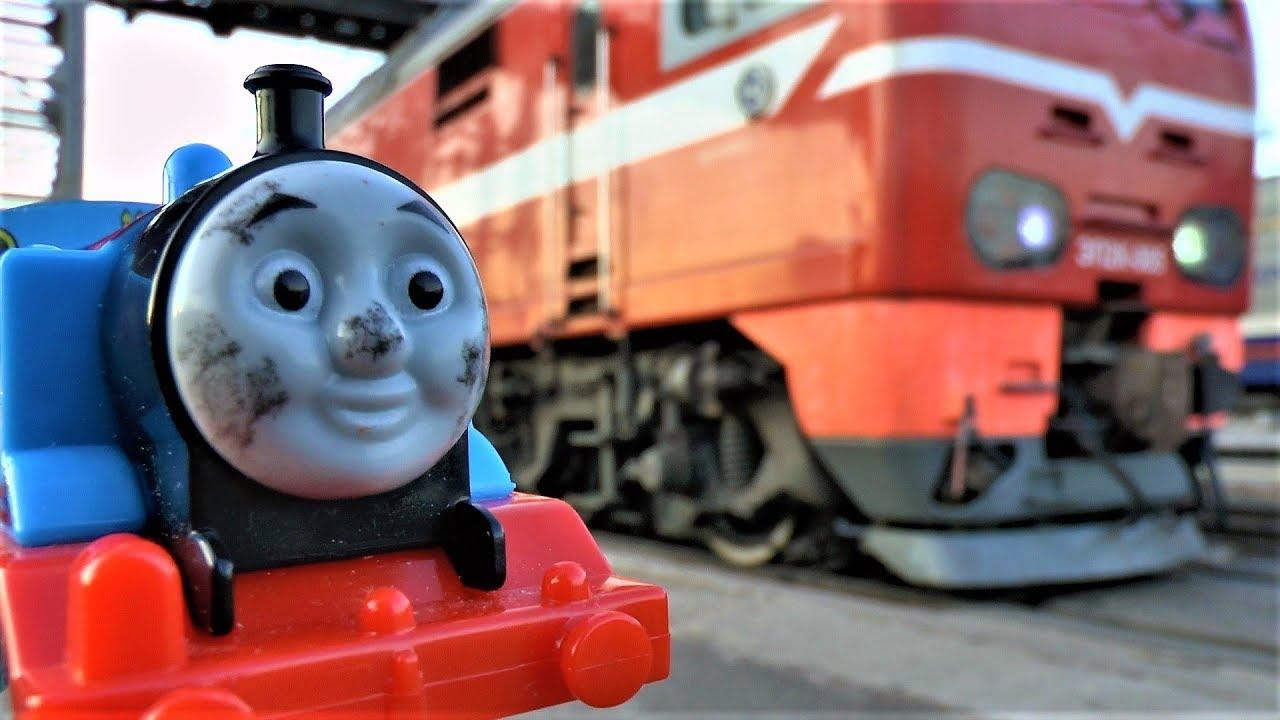 паровозик Томас и Макс смотрят поезда электрички и грузовой поезд видео для детей