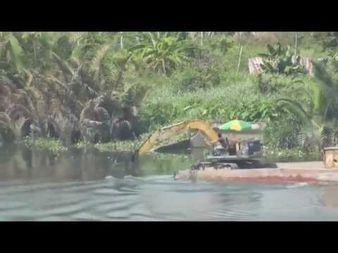 Excavators are used to sailing on the Saigon River