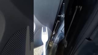 Como quitar seguro de la manija de lenvantar los vidrios