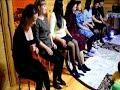 Танец на стуле разными частями тела mp3