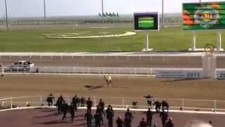 Г.Бердымухамедов упал с лошади. Зарисовки(В воскресенье 28 апреля в Туркменистане отмечали день скакуна. В честь праздника были устроены скачки, на..., 2013-04-30T14:06:08.000Z)
