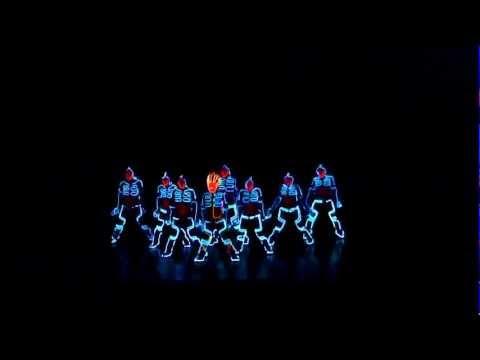 Asombrosa coreografía con luces en la oscuridad