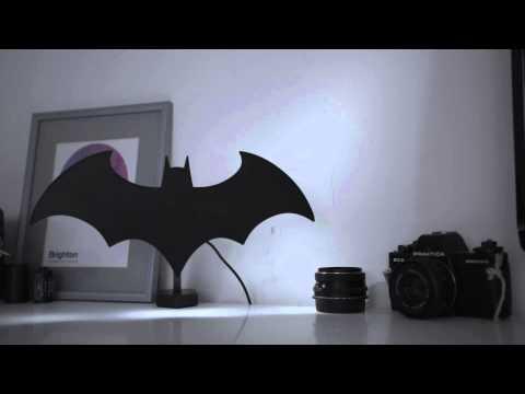 Esci allo scoperto! Rivela a tutti chi sei! Mio caro Bruce Wayne, con questa Lampada LED di Batman rivelerai a tutti chi è che comanda in casa!