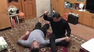 Удар ножом сверху защита лежа на полу
