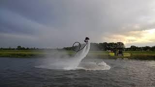 Demo van Nederlands kampioen flyboarden, op de Vecht in Dalfsen