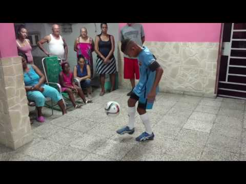 13yearold performs 500 juggles of a soccer ball