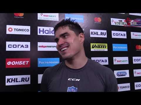 Хоккеист Наиль Якупов настоящий татарин, ест эчпочмак даже во время интервью :)