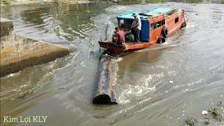 Tàu kéo lấy gỗ vượt cống đầy khó khăn và nguy hiểm.