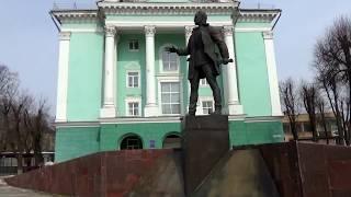 Смоленск. Ескерткіш Николай Крыленко. Байланыс колледжі.