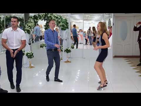 Свадебный батл танец. Умные парни против красивых девушек.