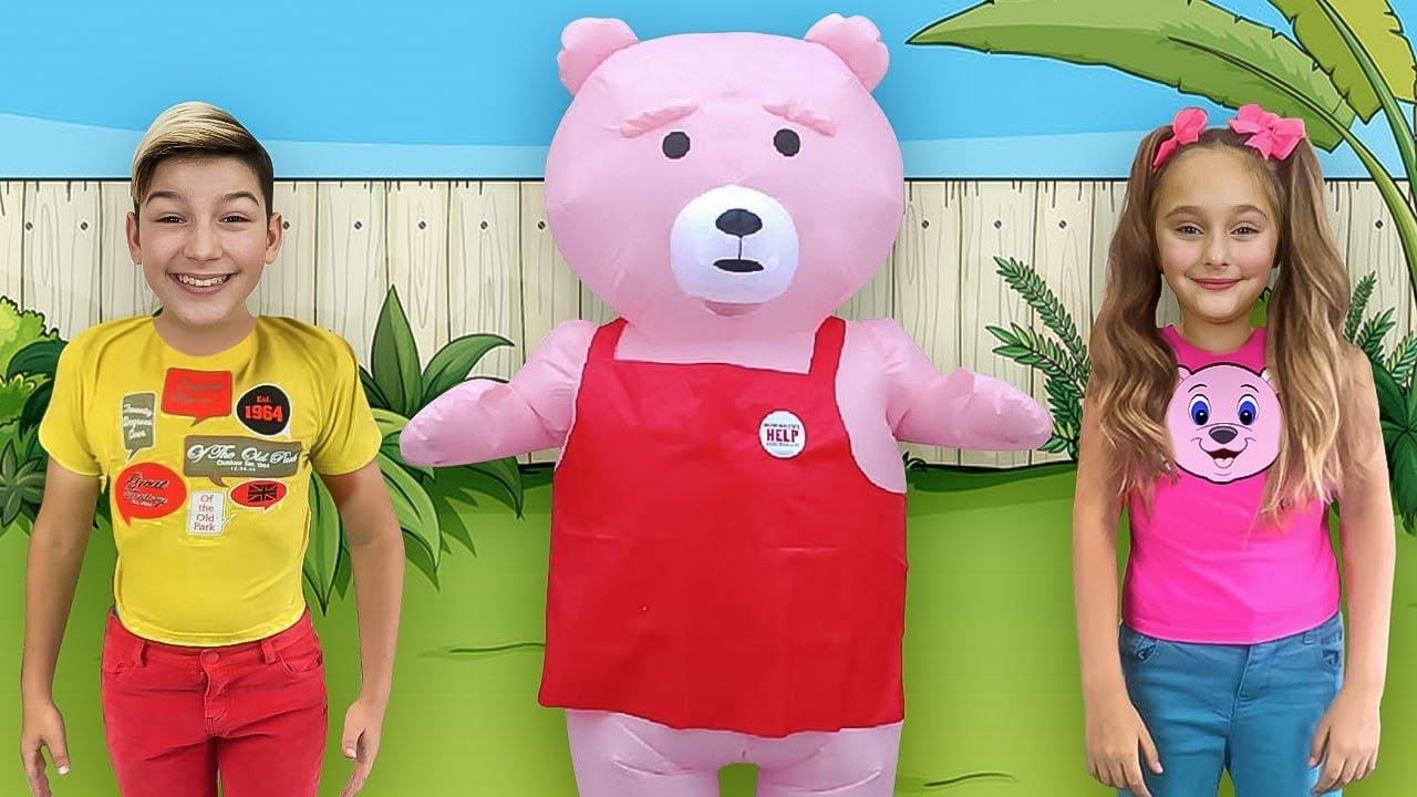 Sasha và Max loạt trò chơi ngoài trời với khỉ và nhà chơi cho trẻ em