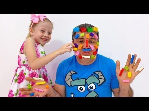 Настя и папа играют с лего