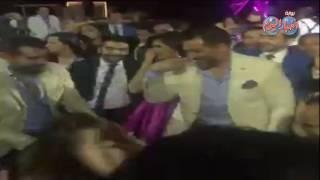 أخبار اليوم | عمرو يوسف يرقص شعبى فى فرح حسن الرداد وإيمى